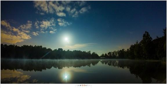 De felle Maan in de vroege ochtend (6:02 uur) toen de verduistering ten einde begon te lopen. Door de belichting is de hap uit de Maan niet te zien. (ISO1600 - f/4 - 6sec met 15mm brandpunt)