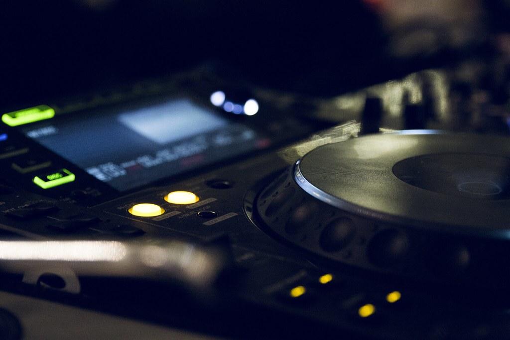 Imagen gratis de una mesa de mezclas de DJ