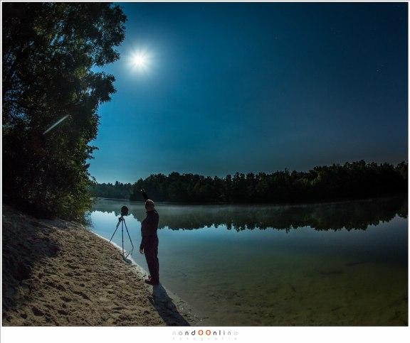 Voor het geval het niet duidelijk is: dat daar is de Maan. Spelen met foto's maken en een 'seflie' om de tijd te doden.