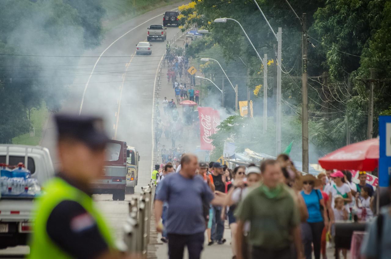 Cerca de las 18:00 horas la acumulación de personas al costado de la ruta 2 se vuelve importante, es el momento en que las fuerzas de orden públicas tienen que desviar la circulación de vehículos para dar prioridad al peatón. (Elton Núñez).