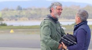 El Aviador español Michel Gordillo, apunto de dar el histórico salto a la Antártida desde Tasmania, recibiendo las felicitaciones del periodista Joe Roa de Asian Air Safari