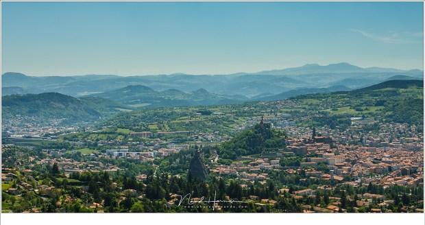 De stad Le Puy-en-Velay ligt genesteld in de heuvels van de Auvergne. Het geeft de mogelijkheid tot een dagje genieten van winkels, cultuur en een heerlijk verkoelend drankje op een van de terrasjes.