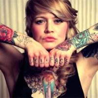 Frau zeigt ihre Tattoos