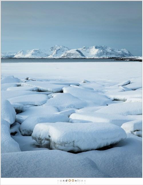 Het rustige vriendelijke winterweer na een dag vol sneeuwstormen. Alles is vredig en wit. Het is moeilijk voor te stellen dat het minder dan een dag geleden het toneel was van woeste weersomstandigheden