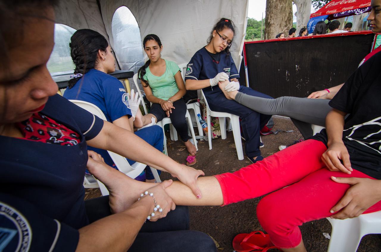 En el camino, varios puestos de servicios y atención médica estaban habilitados. En el toldo de UNASUR los alumnos y profesores ofrecían servicios de masajes para aquellas personas afectadas por la larga caminata. (Elton Núñez).