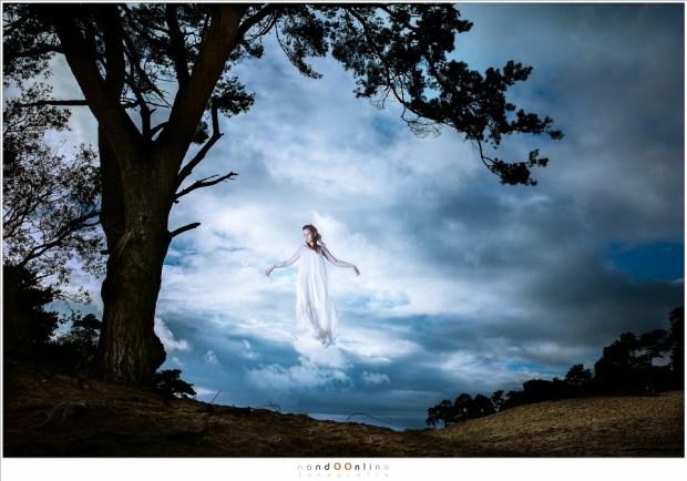 Zwevend, hoog boven de grond, als een engel, werkelijkheid of trucage?