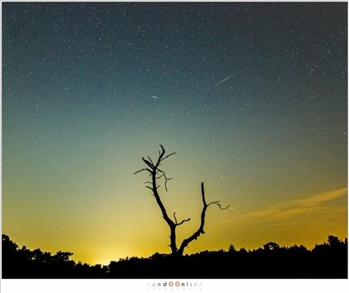 Het lijken veel meteorieten of vallende sterren in deze foto, maar het is er in werkelijkheid maar eentje. De rest is allemaal man made: satellieten (twee iridium flares en een normale satelliet) in een baan rond onze Aarde. (compilatie van 3 opnamen tijdens de Perseïden in 2015)