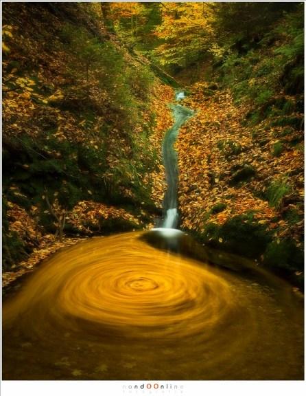Ver stroomopwaards is er Bain de Vénus, waar de tijd een draaikolk laat zien, een vortex die de opening naar een verborgen wereld onder water verraad. (33mm, f/11, ISO100, 118sec)