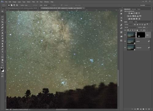 Stap 17 - Het verschil van een normale sterrenhemel en een gestackte: er is veel minder ruis zichtbaar, en tegelijkertijd veel meer sterren. Let ook op de boomtoppen, die nu bewogen op de foto staan.