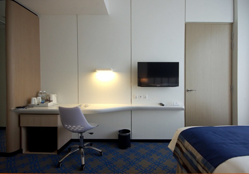 work desk and TV - holiday inn express singapore katong
