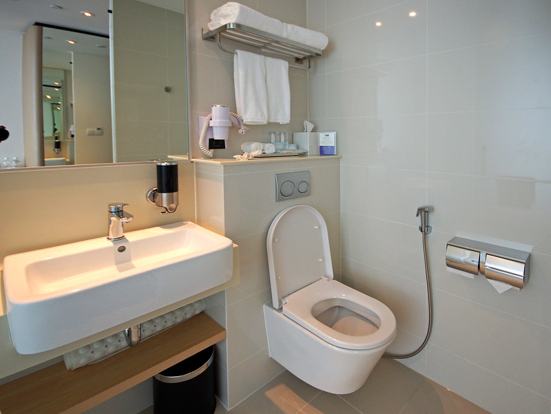 bathroom - holiday inn express singapore katong