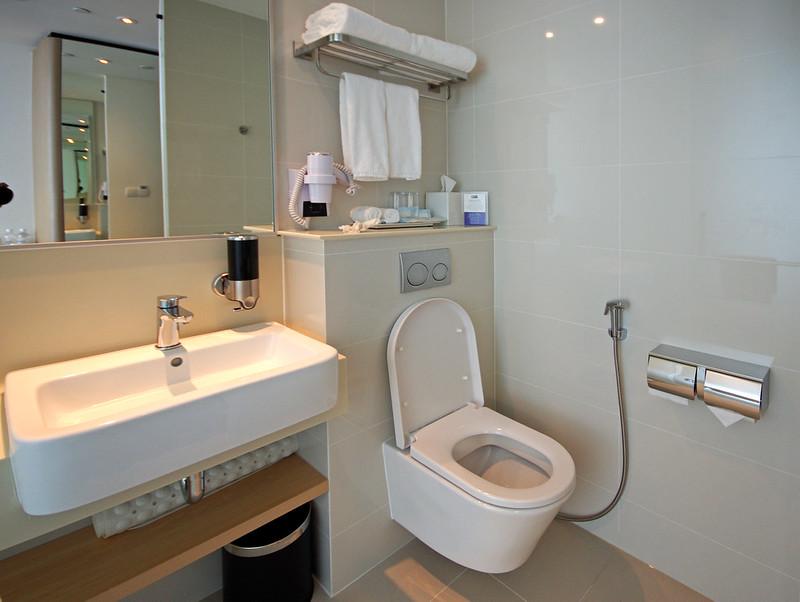 bathroom - holiday inn express singapore katong