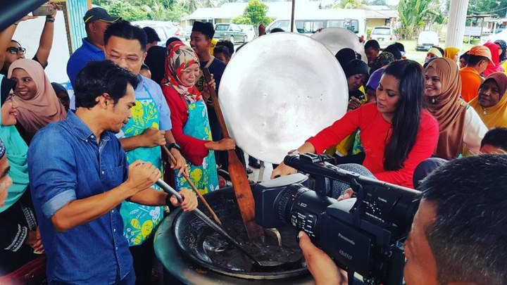 Gotong-royong membuat dodol di Kampung Paya Luas, Temerloh, Pahang