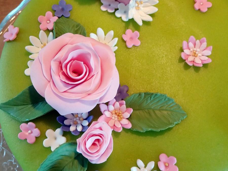 Tårta med sommarblomster