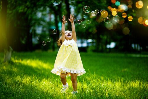 bambina-che-gioca-con-bolle-di-sapone