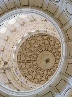 仰望着首都的螺旋形圆顶,远处有一颗星星.