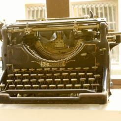 can-blau-maquina-escribir-antigua