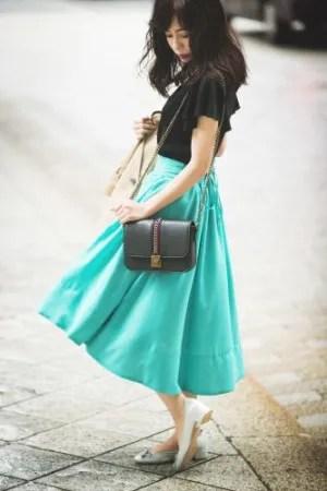 清々しい天気に映えるキレイ色スカートが主役