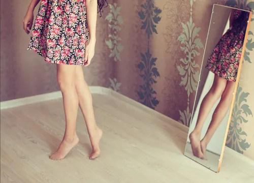 裸を鏡でチェックする