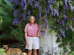 "The late Oscar de la Renta was an iconic fashion designer and gardener! This image courtesy of Architectural Digest shows him with his two beloved dogs at his ""Dominican Republic retreat"". Image courtesy of Architectural Digest"