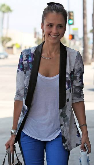 messagepart 14 Celeb Fashion Find: Actress Jessica Alba Arrives at Beauty Salon in Floral Print Blazer