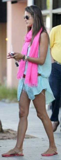 messagepart 14 Celeb Fashion Find: Alessandra Ambrosio & Jessica Albas Mint Tunic!