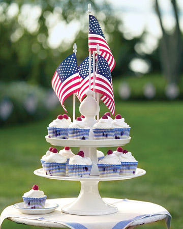 mld104375 0709 cvrcupcake1 exp1 xl Last Minute DIY Red, White and Blue Labor Day Decor Ideas!