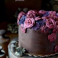 Tort czekoladowy z chrupiącą praliną i rozmarynem