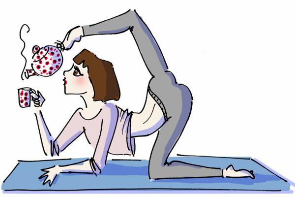 Kız yoga yapıyor ve çay içiyor LiT'de