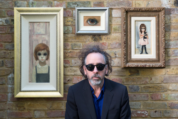 Tim Burton con sus pinturas vintage de Margaret Keane en 2014