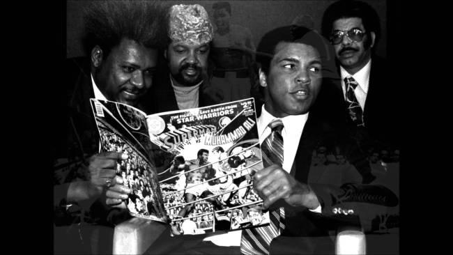 CIBASS Ali y Don King leyendo el clásico Superman vs. Ali