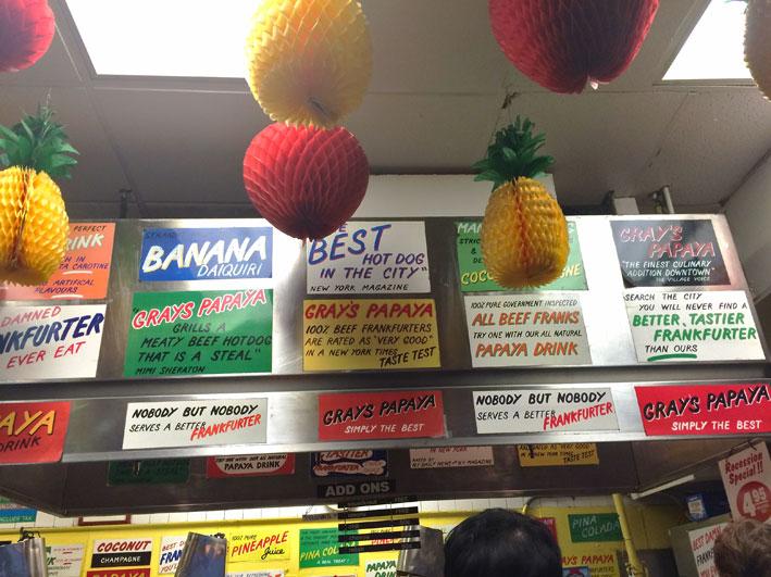 Gray's-Papaya-decoracao