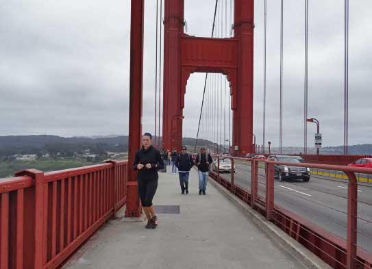 Os maridos andando. O ritmo de nós mulheres era bem mais acelerado :)