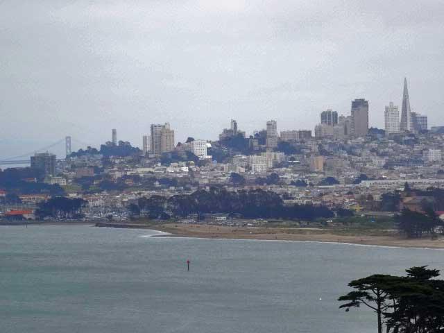 Vista de San Francisco estando no meio da ponte.