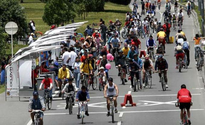 Un domingo en la ciclo-vía de Bogotá.