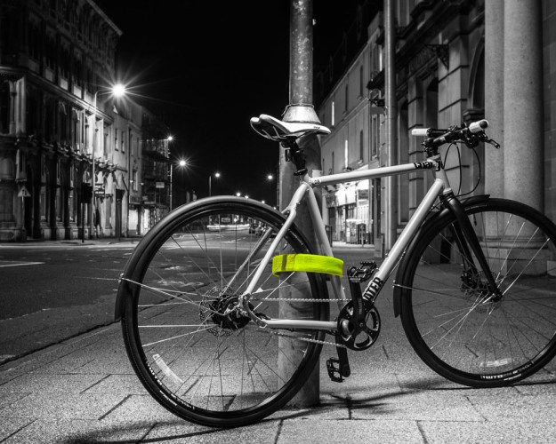 Litelok_lightweight-flexible_bicycle-lock_Boa-Green_night-bike-locked