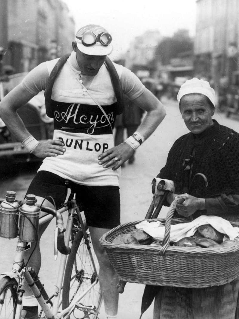 441-4 Leducq en een broodjesverkoopster 1928