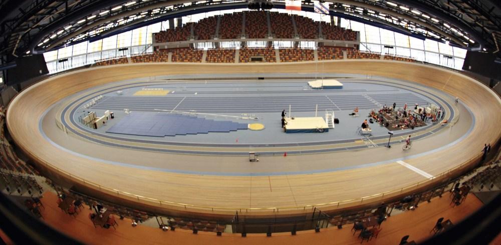 Omnisport centrum Apeldoorn 250 meter wielerbaan en de atletiekbaan in het midden trainingcentrum KNWU Baan