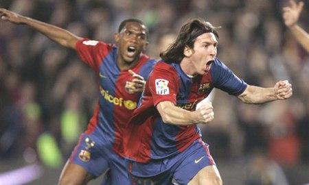 Messi y Etoo celebrando un gol