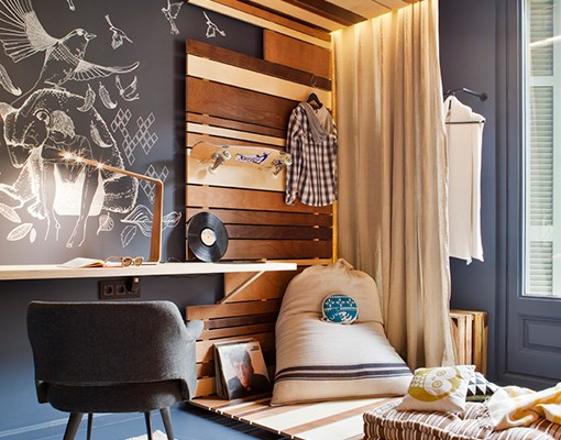 Amazing tween bedroom with blackboard wall and wood / Dormitorio juvenil increíble // casahaus.net