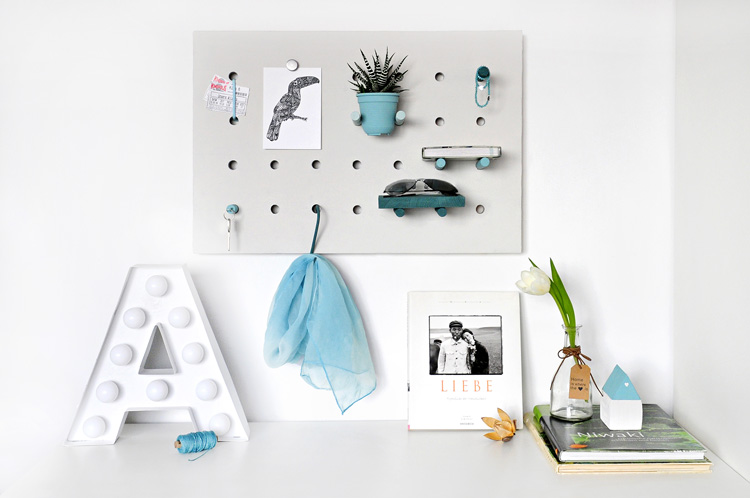 Multitasking DIY pegboard | Tablero multiusos DIY | via casahaus.net
