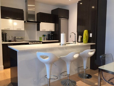 kitchen counter with bar stools at Le 760 Honore Mercier 604