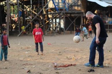 futebol com criancas cambojanas
