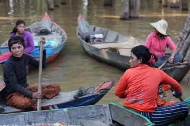 mulheres nas canoas