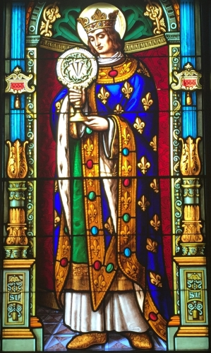 detail of a stained glass window of Saint Louis IX, date and artist unknown; Saint Edward's Hall Chapel, University of Notre Dame, South Bend, Indianal photographed on 5 April 2016 by Eccekevin; swiped from Wikimedia Commons
