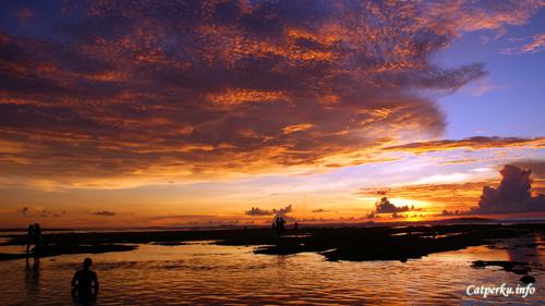 Pantai Suluban dalam kondisi surut memiliki pemandangan sunset terbaik di pulau Bali