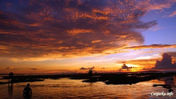 Pantai Terbaik Di Pulau Bali 4 : Pantai Suluban dalam kondisi surut memiliki pemandangan sunset terbaik di pulau Bali