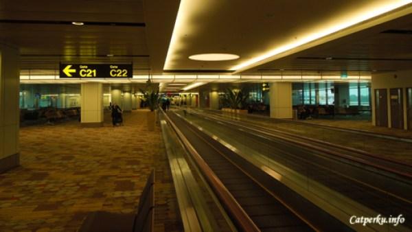 Di dalam terminal bandara Changi, Singapore