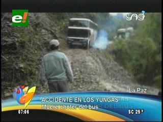 Filman caída de un bus en la carretera a Los Yungas, el chofer murió