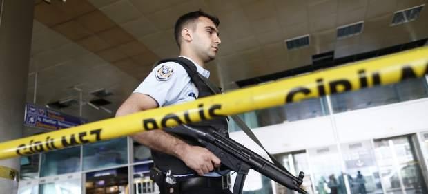 Un policía en el aeropuerto de Estambul